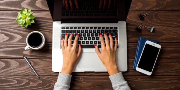 handen op toetsenbord.klein